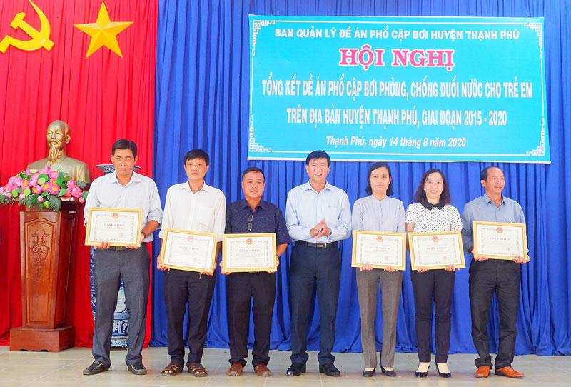 Phó chủ tịch UBND huyện Nguyễn Ngọc Tân trao giấy khen cho các cá nhân.