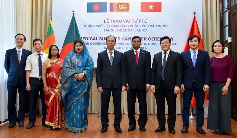 Thứ trưởng Ngoại giao Nguyễn Quốc Dũng cùng Đại sứ Bangladesh và Sri Lanka.
