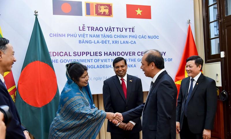 Trao vật tư y tế hỗ trợ Bangladesh và Sri Lanka chống dịch Covid-19.