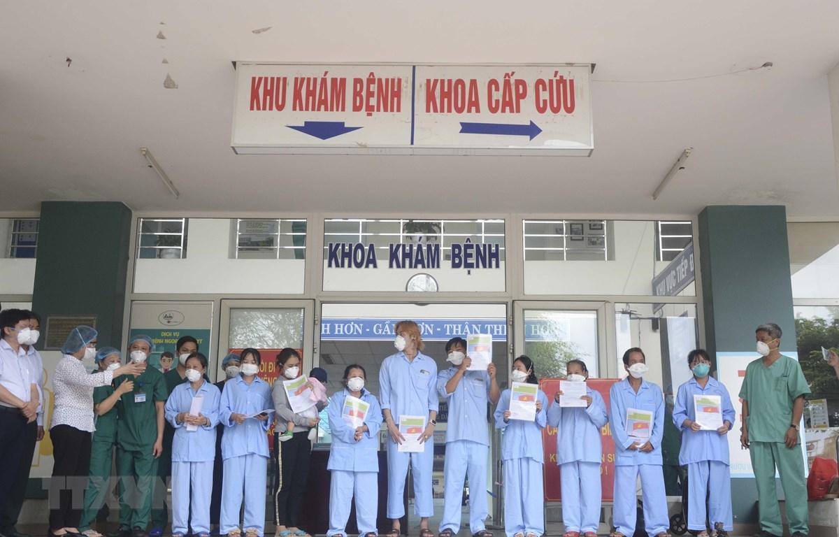 """Các bệnh nhân có kết quả xét nghiệm âm tính và được ra viện cho thấy sự hiệu quả trong công tác điều trị và cũng là tín hiệu đáng mừng trong """"cuộc chiến"""" đẩy lùi dịch COVID-19 của thành phố Đà Nẵng."""