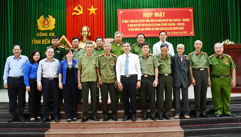 Chủ tịch UBND tỉnh Cao Văn Trọng chụp ảnh với các đại biểu tại buổi họp mặt.