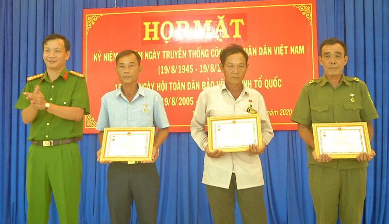 Trao Kỷ niệm chương cho các cá nhân. Ảnh: Văn Minh