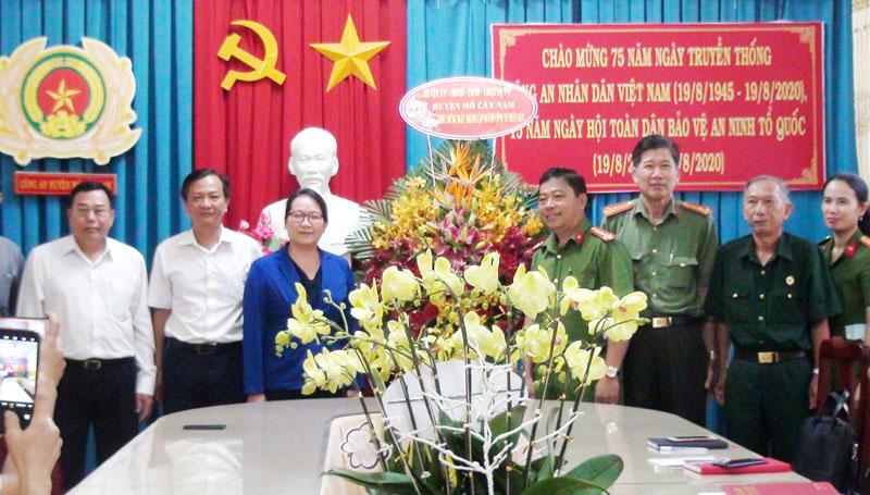 Lãnh đạo Huyện ủy tặng hoa chúc mừng cho công an huyện. Ảnh: Thanh Tuấn