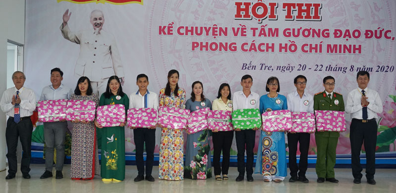 Ban Tổ chức hội thi trao quà lưu niệm cho các thí sinh.