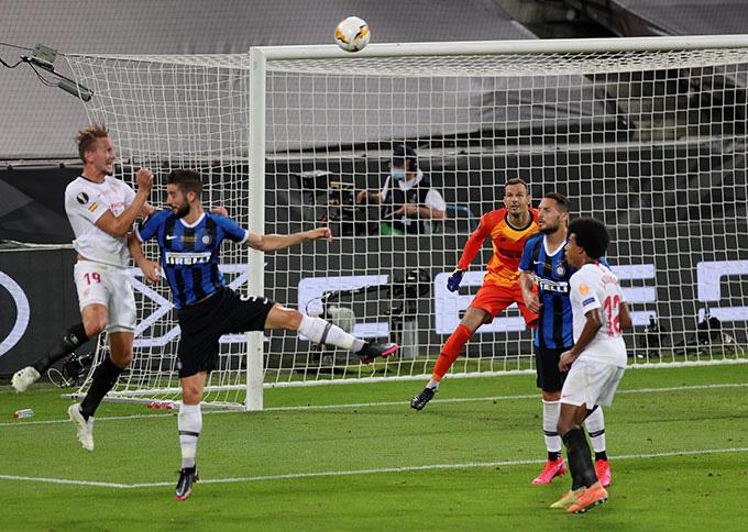 De Jong đánh đầu ghi bàn cho Sevilla