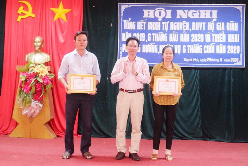 Giám đốc BHXH tỉnh Dương Văn Thắng, trao giấy khen cho các tập thể.