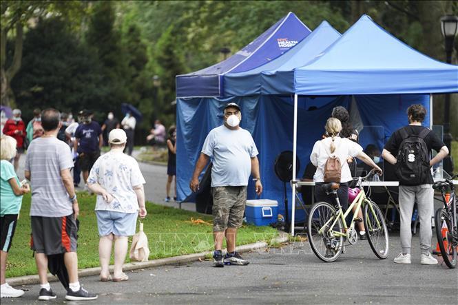 Người dân xếp hàng chờ xét nghiệm COVID-19 tại công viên Sunset ở Brooklyn, New York, Mỹ ngày 13-8-2020. Ảnh: THX/TTXVN