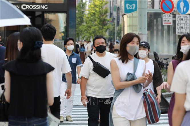 Người dân đeo khẩu trang phòng lây nhiễm COVID-19 tại Tokyo, Nhật Bản. Ảnh: THX/TTXVN
