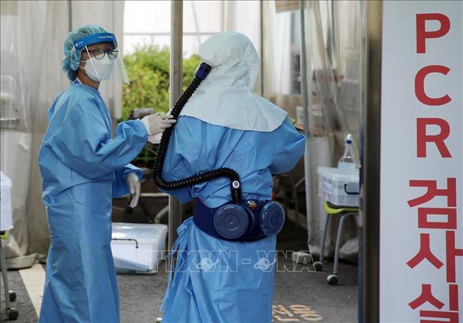 Nhân viên y tế chuẩn bị tiến hành xét nghiệm PCR cho người dân tại một trạm xét nghiệm ở thành phố Daejeon, Hàn Quốc ngày 20-8-2020. Ảnh: YONHAP/TTXVN