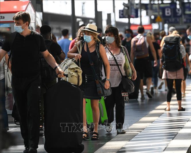Hành khách đeo khẩu trang phòng lây nhiễm COVID-19 tại nhà ga tàu hỏa ở Frankfurt, Đức ngày 16-8-2020. Ảnh: THX/TTXVN