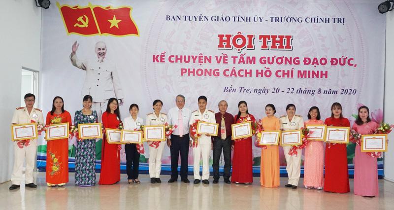 Các thí sinh đoạt giải hội thi kể chuyện về tấm gương đạo đức, phong cách Hồ Chí Minh.