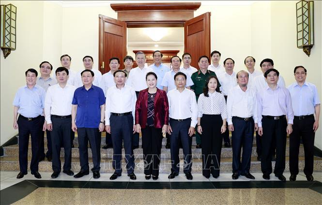 Đồng chí Nguyễn Thị Kim Ngân, Ủy viên Bộ Chính trị, Chủ tịch Quốc hội và các đồng chí trong Bộ Chính trị, Ban Bí thư chụp ảnh chung với Ban Thường vụ Tỉnh ủy Quảng Ninh. Ảnh: TTXVN
