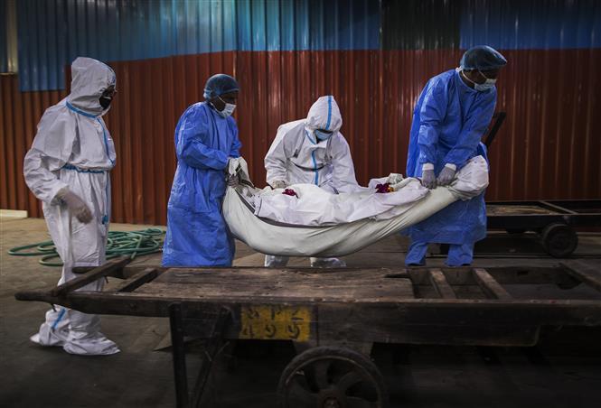 Chuyển thi thể bệnh nhân mắc COVID-19 tại New Delhi, Ấn Độ ngày 22-8-2020. Ảnh: AFP/TTXVN