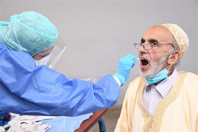 Nhân viên y tế lấy mẫu xét nghiệm COVID-19 cho người dân tại Sale, Maroc ngày 21-8-2020. Ảnh: THX/TTXVN
