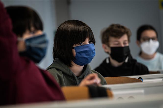 Học sinh đeo khẩu trang phòng dịch COVID-19 trong lớp học ở Lyon, Pháp ngày 18-5-2020. Ảnh: AFP/TTXVN