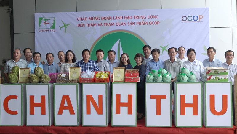 Đoàn công tác Văn phòng Điều phối nông thôn mới Trung ương tham quan sản phẩm OCOP tại Công ty TNHH XNK trái cây Chánh Thu (huyện Chợ Lách). Ảnh: Việt Cường