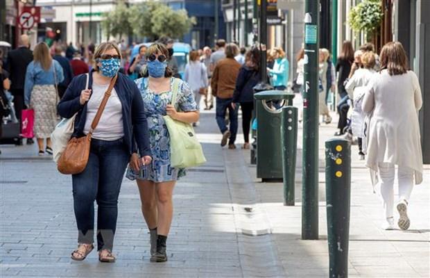 Người dân đeo khẩu trang phòng lây nhiễm COVID-19 tại Dublin, Ireland, ngày 8-6-2020. Ảnh: AFP/TTXVN