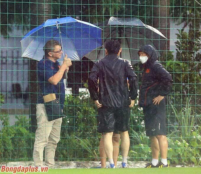 Ông Troussier (trái) thường trao đổi với HLV Park Hang Seo