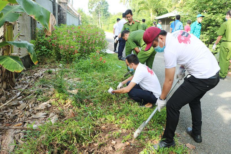 Đoàn viên, thanh niên thành phố tham gia trồng hoa hoàng lạc. Ảnh: T.Thảo