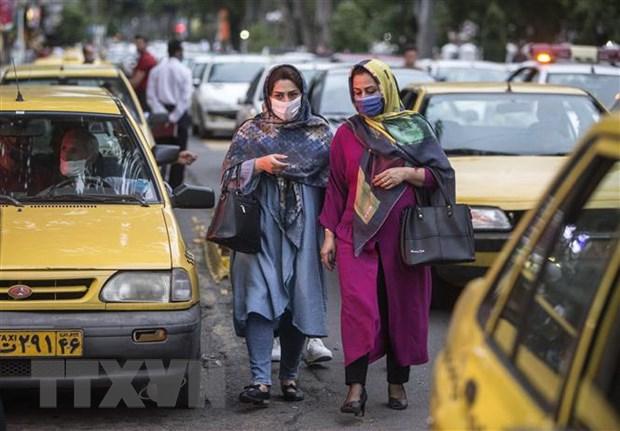 Người dân đeo khẩu trang phòng lây nhiễm COVID-19 tại Rasht, Iran. (Ảnh: THX/TTXVN)