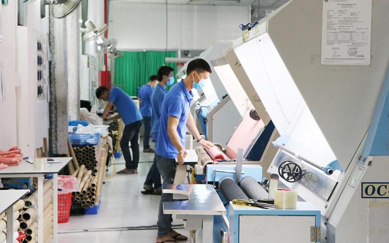 Công nhân làm việc tại công ty may mặc ở Khu công nghiệp Giao Long.