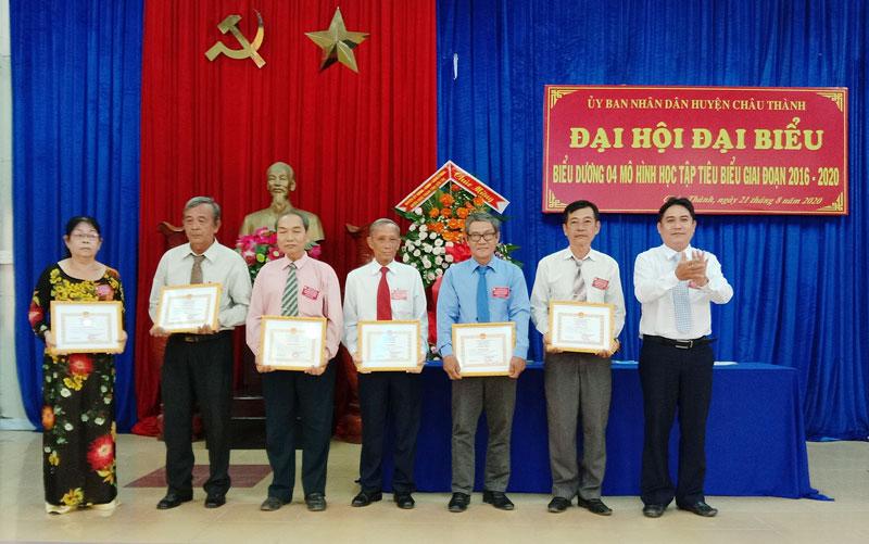 Phó chủ tịch UBND huyện Châu Thành Võ Thanh Tùng trao quyết định  công nhận 4 mô hình học tập.