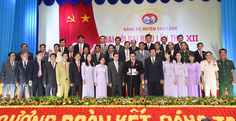 Ban chấp hành Đảng bộ huyện Chợ Lách nhiệm kỳ 2020 - 2025 ra mắt và hạ quyết tâm.v