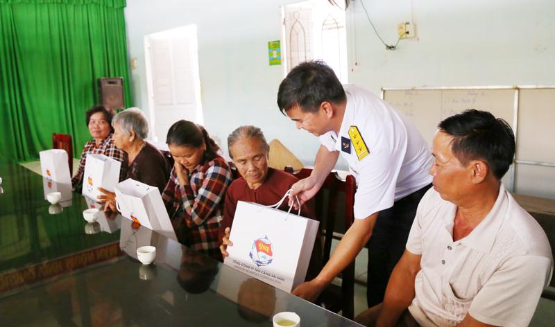Thăm hỏi, tặng quà cho các đối tượng chính sách xã An Thuận, huyện Thạnh Phú.