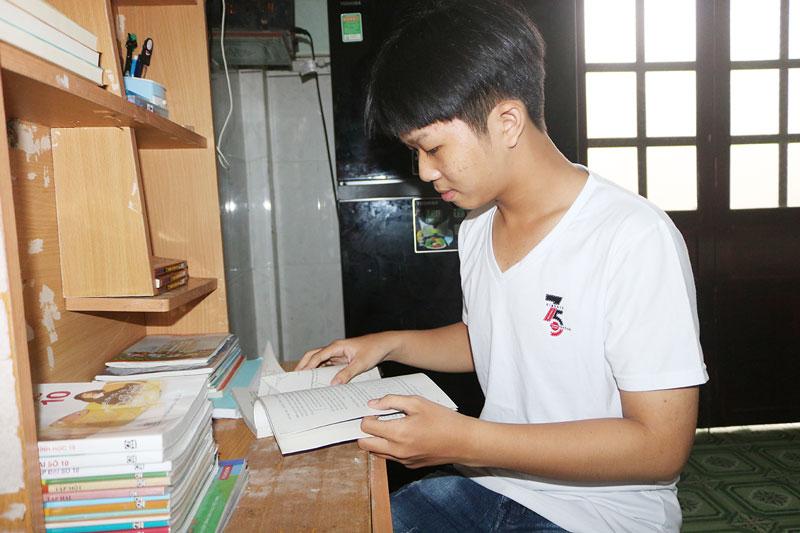 Phạm Khánh Duy bên góc học tập của mình.
