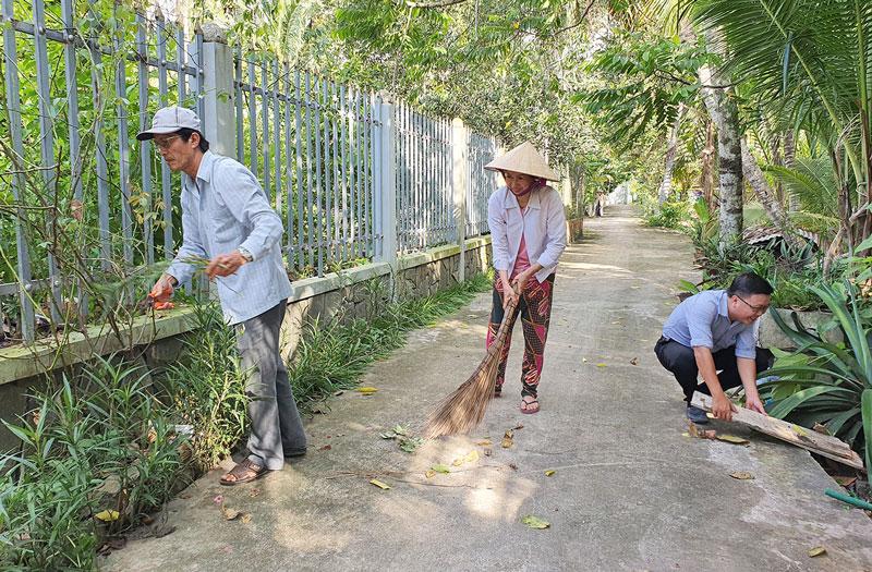 Người dân ấp Phước Hưng, xã An Phước dọn dẹp cảnh quan môi trường khu dân cư.