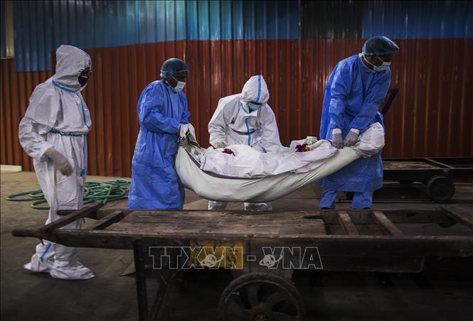 Chuyển thi thể bệnh nhân tử vong do COVID-19 tại New Delhi, Ấn Độ ngày 22-8-2020. Ảnh: AFP/TTXVN