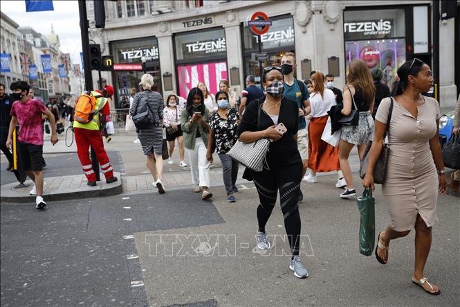 Người dân đeo khẩu trang phòng lây nhiễm COVID-19 tại London, Anh ngày 24-7-2020. Ảnh: AFP/TTXVN