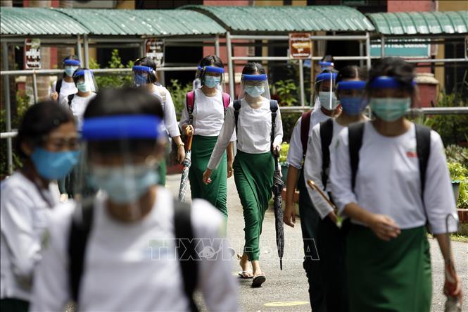 Học sinh đeo khẩu trang phòng lây nhiễm COVID-19 tại Yangon, Myanmar. Ảnh: AFP/TTXVN