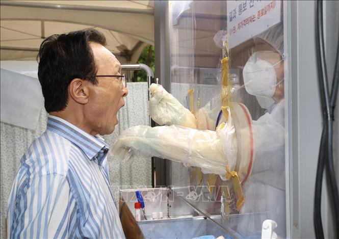 Nhân viên y tế làm việc tại điểm xét nghiệm COVID-19 ở Seoul, Hàn Quốc ngày 27-8-2020. Ảnh: Yonhap/TTXVN