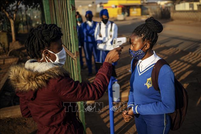 Đo thân nhiệt phòng lây nhiễm COVID-19 tại trường học ở Ekurhuleni, Nam Phi ngày 8-6-2020. Ảnh: AFP/TTXVN