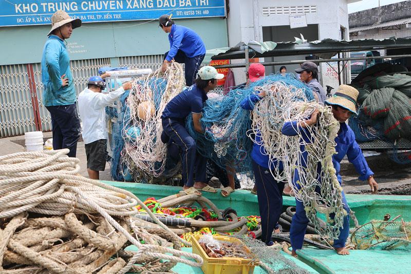 Hoạt động nghề thủy sản tại cảng cá Ba Tri.