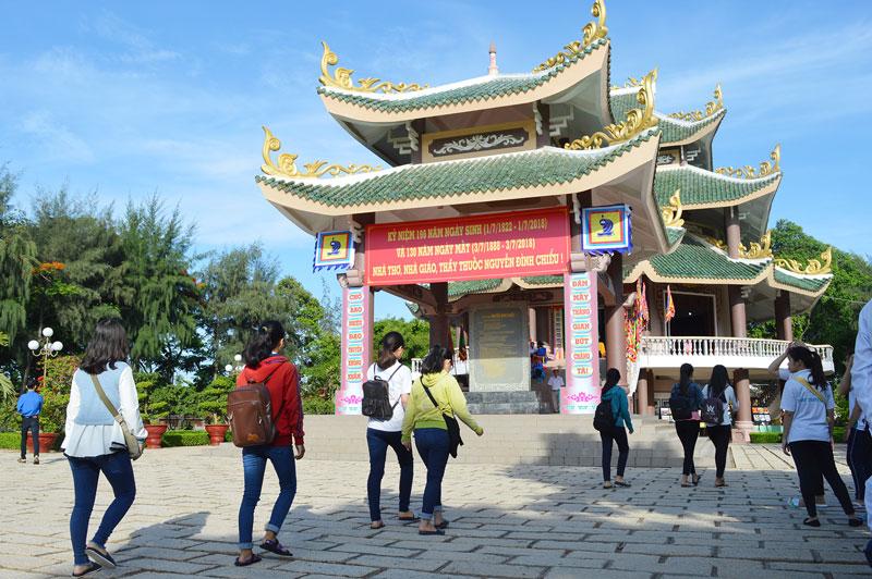 Di tích quốc gia đặc biệt Mộ và Khu lưu niệm nhà thơ yêu nước Nguyễn Đình Chiểu. Ảnh: Ánh Nguyệt