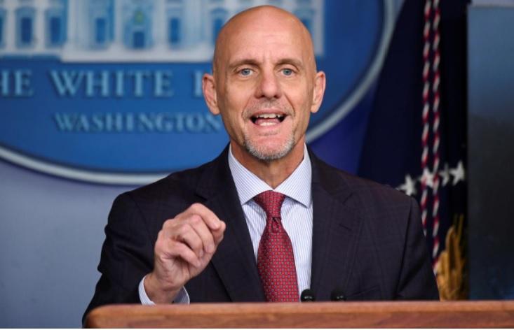 Tiến sĩ Stephen M. Hahn, Giám đốc FDA, phát biểu tại buổi họp báo ở Nhà Trắng hôm 23-8. Ảnh: Reuters