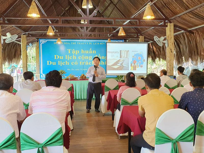 Thạc sĩ Phan Bửu Toàn hướng dẫn lớp tập huấn.