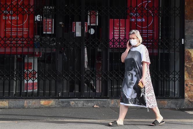 Người dân đeo khẩu trang phòng lây nhiễm COVID-19 tại Melbourne, Victoria, Australia, ngày 31-8-2020. Ảnh: THX/ TTXVN