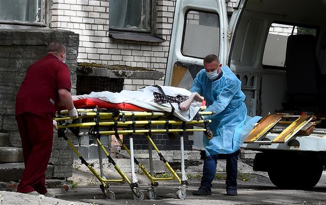 Chuyển bệnh nhân mắc COVID-19 từ xe cứu thương vào một bệnh viện ở Moskva, Nga ngày 3-6-2020. Ảnh: AFP/TTXVN