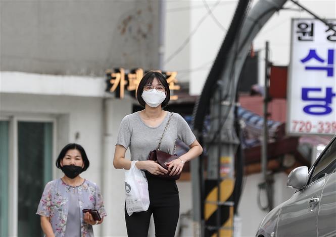 Người dân đeo khẩu trang phòng lây nhiễm COVID-19 tại Seoul, Hàn Quốc, ngày 25-8-2020. Ảnh: THX/TTXVN