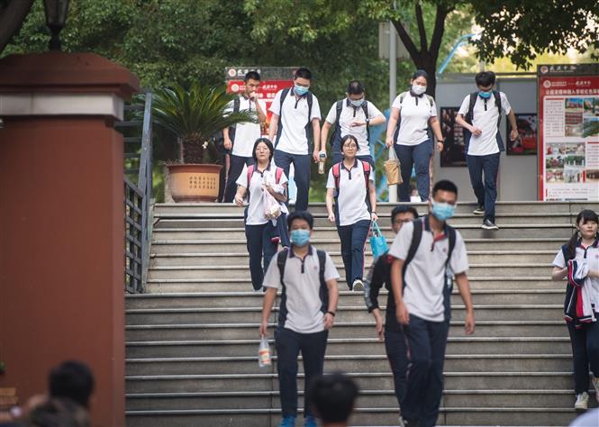 Học sinh tới trường học tại Vũ Hán, tỉnh Hồ Bắc, Trung Quốc, ngày 1-9-2020. Ảnh: THX/ TTXVN