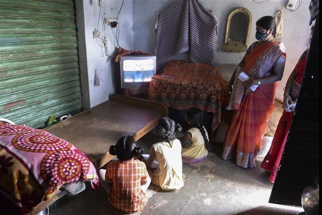 Học sinh tham gia một lớp học trực tuyến tại làng Nagireddypally, huyện Siddipet, Ấn Độ ngày 1-9-2020. Ảnh: AFP/ TTXVN