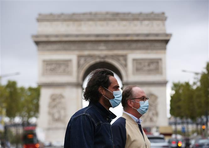 Người dân đeo khẩu trang phòng lây nhiễm COVID-19 tại Paris, Pháp, ngày 28-8-2020. Ảnh: THX/TTXVN