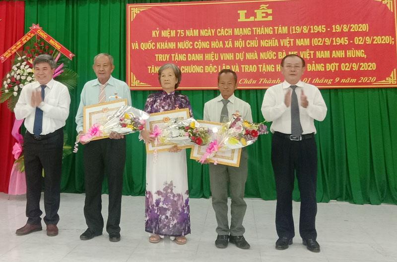 Trao Huy hiệu 50 năm tuổi đảng cho các đồng chí đến niên hạn. Ảnh: Cẩm Nhung.