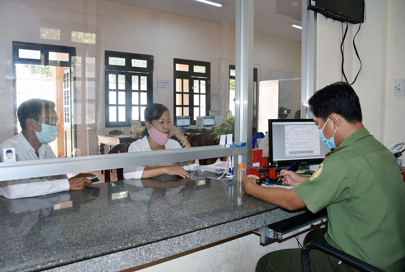 Cán bộ Phòng Quản lý xuất nhập cảnh tiếp nhận hồ sơ làm hộ chiếu cho người dân. Ảnh: Minh Tú