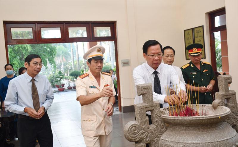 Bí thư Tỉnh ủy Phan Văn Mãi và các đồng chí lãnh đạo tỉnh thắp hương tại Đền thờ Chủ tịch Hồ Chí Minh