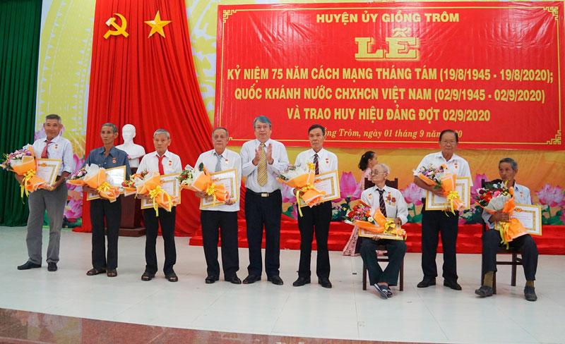 Trưởng ban Tuyên giáo Cao Văn Dũng trao Huy hiệu Đảng cho các đảng viên 55 tuổi Đảng. Ảnh: Ánh Nguyệt