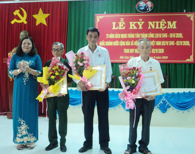 Trưởng Ban Tổ chức Tỉnh ủy Hồ Thị Hoàng Yến trao Huy hiệu 55 năm tuổi đảng. Ảnh: Thu Duyên.
